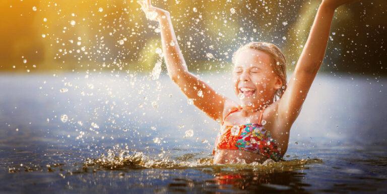Süsel Seeparx - im See planschendes Mädchen