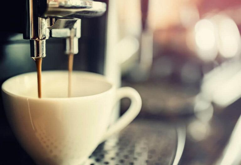 Kaffeetasse wird aus einem Vollautomat mit Kaffee befüllt