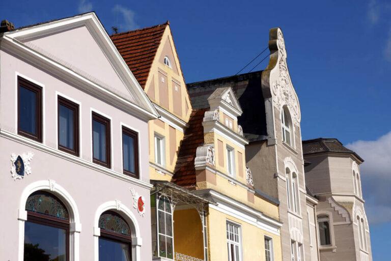Eutin Häuserzeile - Blick auf drei klassizistischen Giebel mit floralem Putzschmuck