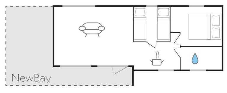 Süsel Seeparx - Chalet Grundriss NewBay mit einem Wohnzimmer links, rechts daneben ein Schlafzimmer, darunter die offene Küche, rechts daneben ein zweites Schlafzimmer und darunter das Bad