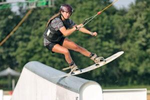 Süsel Seeparx - Wakeboarderin slidet über ein Feature