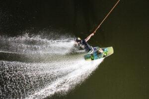 Süsel Seeparx Wakeboard Park - Wakeboarder fährt im Dunkeln angeleuchtet von Spotz
