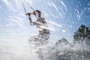 Süsel Seeparx Wakeboard Park - Wakebaorder im spritzenden Wasser