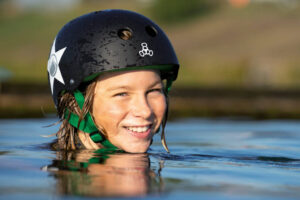 Süsel Seeparx Kinderkopf mit Helm im ragt aus dem Seewasser