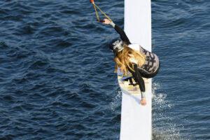 Süsel Seeparx - Wakeboarderin slided über ein Hindernis, Vogelperspektive
