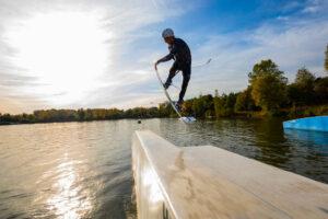 Süsel Seeparx Wakeboard Park - Wakeboarder springt über ein Hindernis