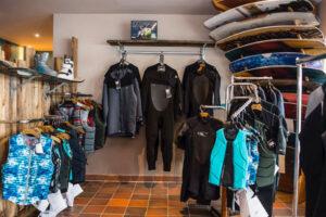 Süsel Seeparx Wakeboard Store Auslage mit Schutzwesten, Neoprenanzügen, Wakeboards und Schuhe