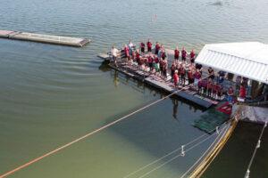 Süsel Seeparx Wasserski Steg mit Startbereich der Seilbahn und den wartenden Wasserski und Wakeboard Fahrern aus der Luft gesehen