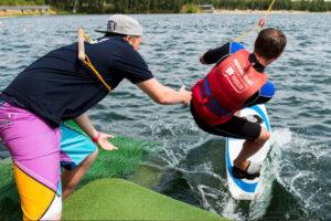 Süsel Seeparx - Crewmitglied gibt Wakeboarder Starthilfe