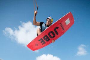 Süsel Seeparx - Wakeboarder in der Luft vor blauem Himmel und Wolken