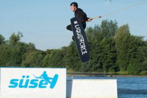 Süsel Seeparx - Wakeboarder nach dem Absprung in der Luft